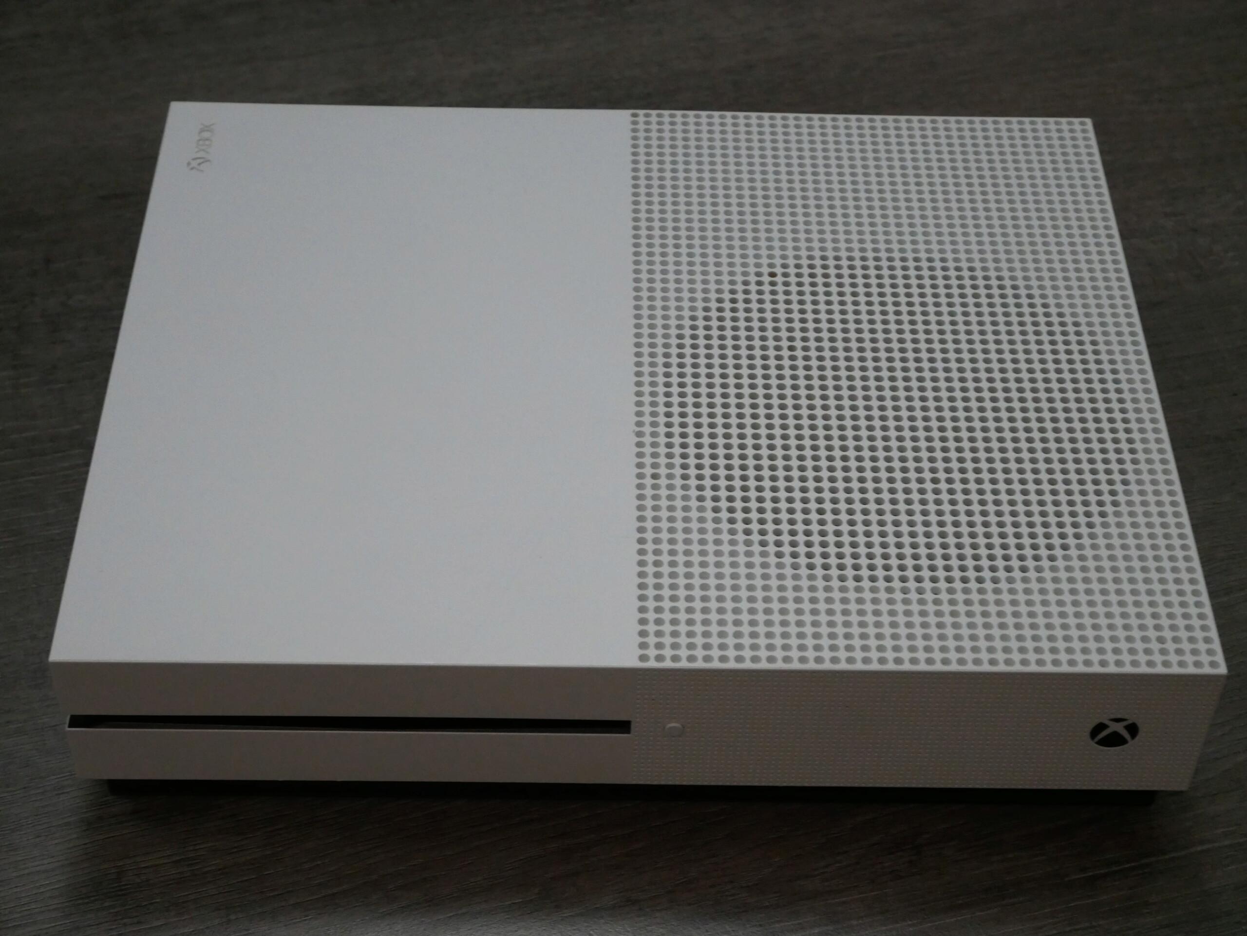 [VIANDU] XBOX ONE S 500Go complète en boite avec une manette excellent état 100€ P1070219