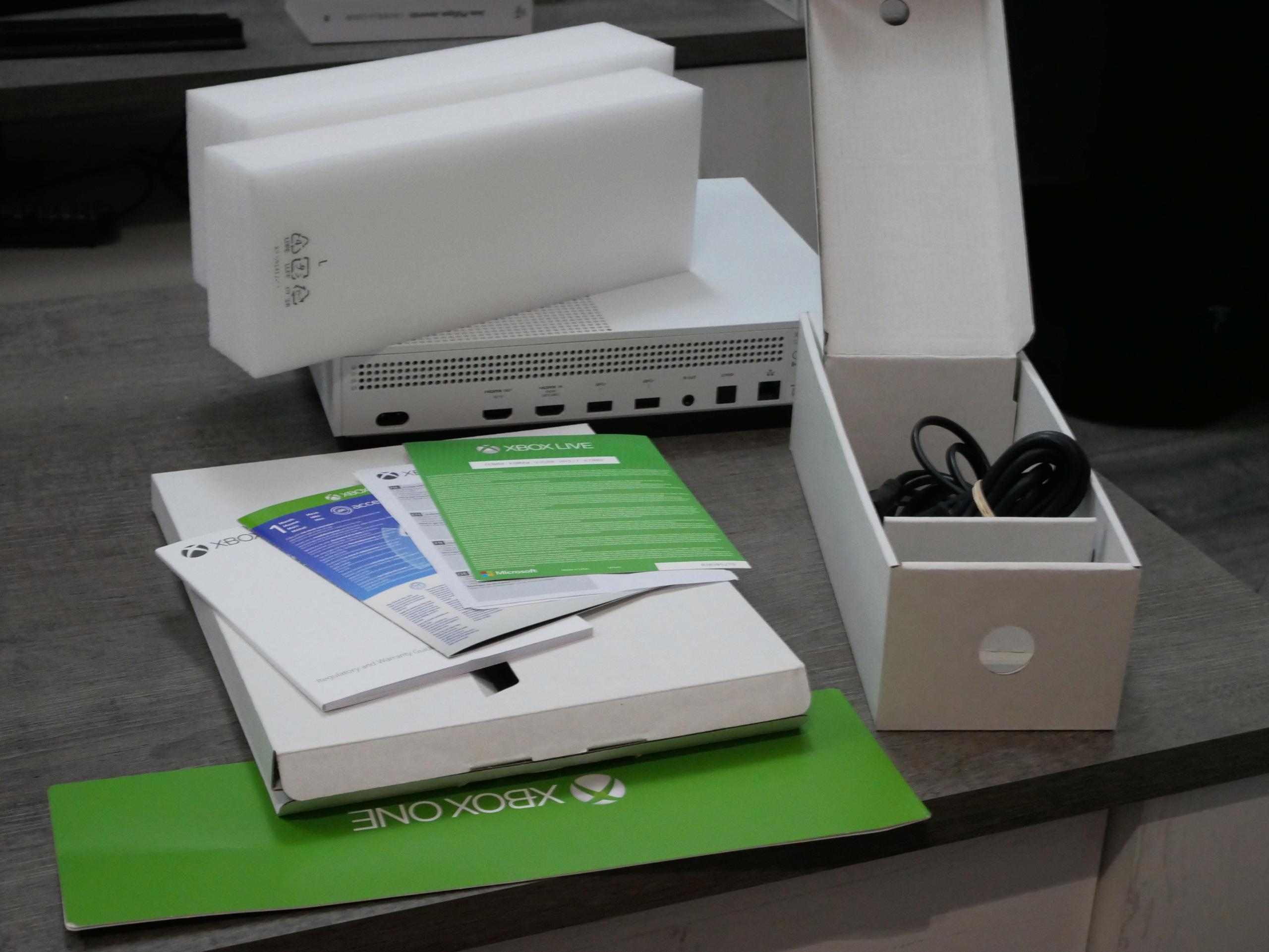 [VIANDU] XBOX ONE S 500Go complète en boite avec une manette excellent état 100€ P1070227