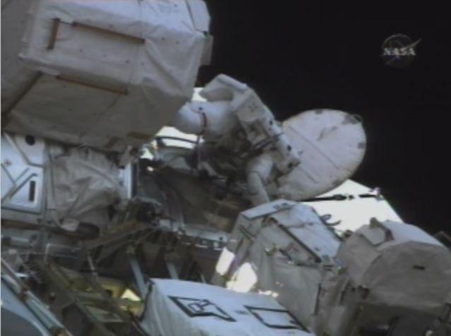 [STS122] EVA3 Croppe14