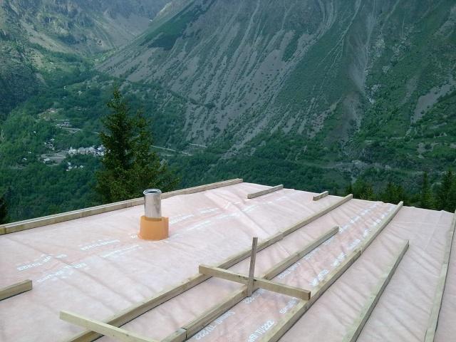 Travaux du toit du refuge Photo412