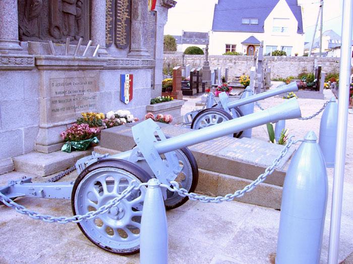 Vol des deux canons d'un monument aux morts. Ploues10