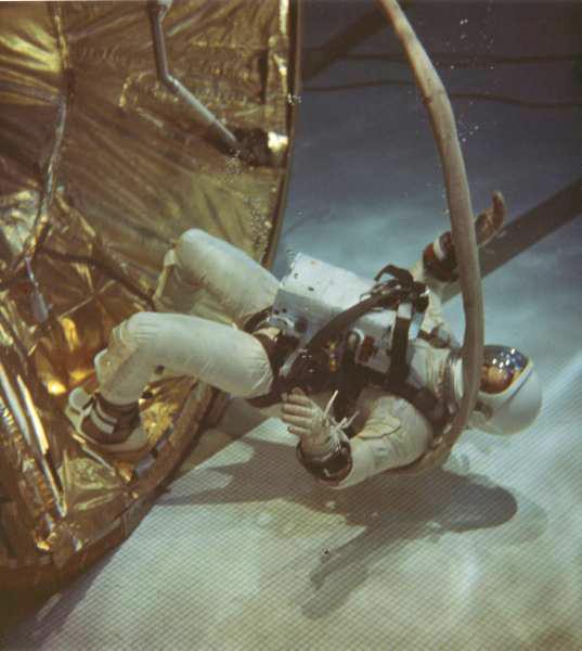 Photos rares et/ou originales, de préférence inédites sur le forum - Page 23 Aldrin10