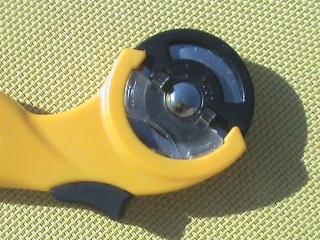 [TECHNIQUE DEBUTANT] [COUPE]  Planche de découpe et cutter rotatif Dsc06017