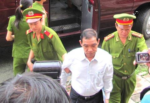 Huỳnh Ngọc Sĩ ra tòa vì 'nhận hối lộ hàng tỷ đồng' Ngocsy10