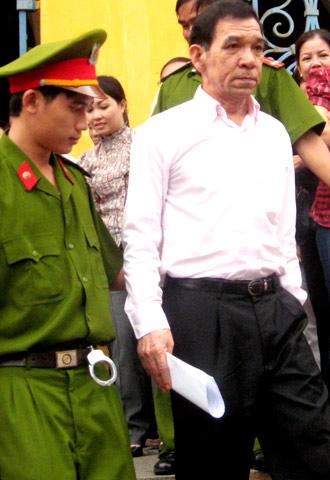 Huỳnh Ngọc Sĩ ra tòa vì 'nhận hối lộ hàng tỷ đồng' To-310