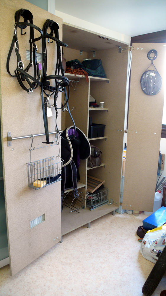Fabrication d'une armoire de sellerie - Page 2 L1270410