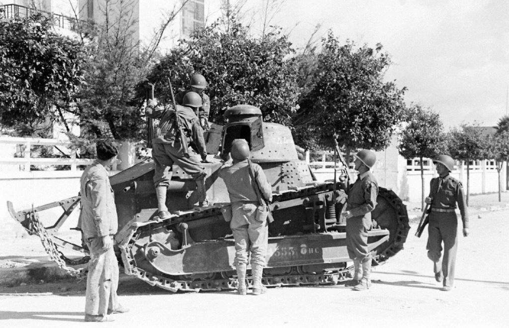 Deux FT de 1940 encore en service en 1942 9_nove12