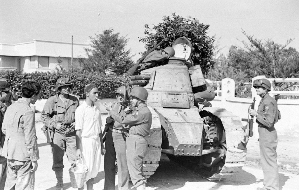 Deux FT de 1940 encore en service en 1942 9_nove13