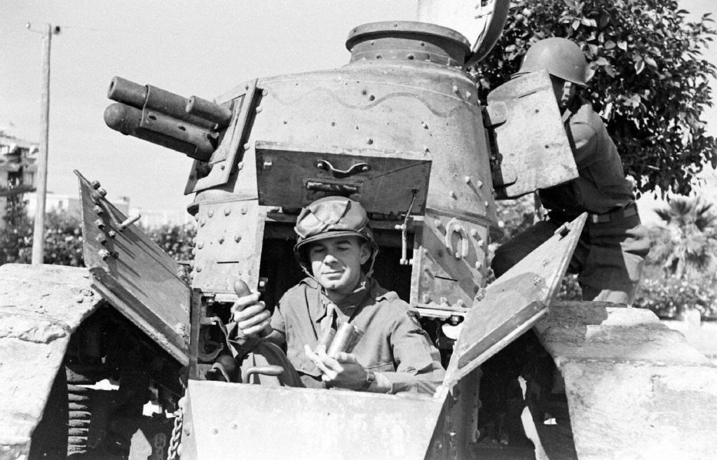 Deux FT de 1940 encore en service en 1942 9_nove16