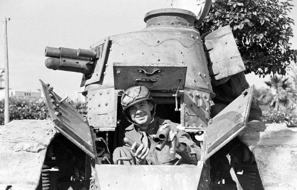 Deux FT de 1940 encore en service en 1942 9_nove18