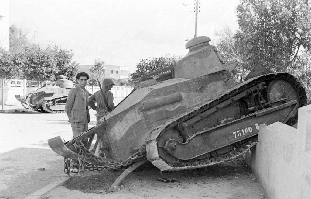 Deux FT de 1940 encore en service en 1942 9_nove22