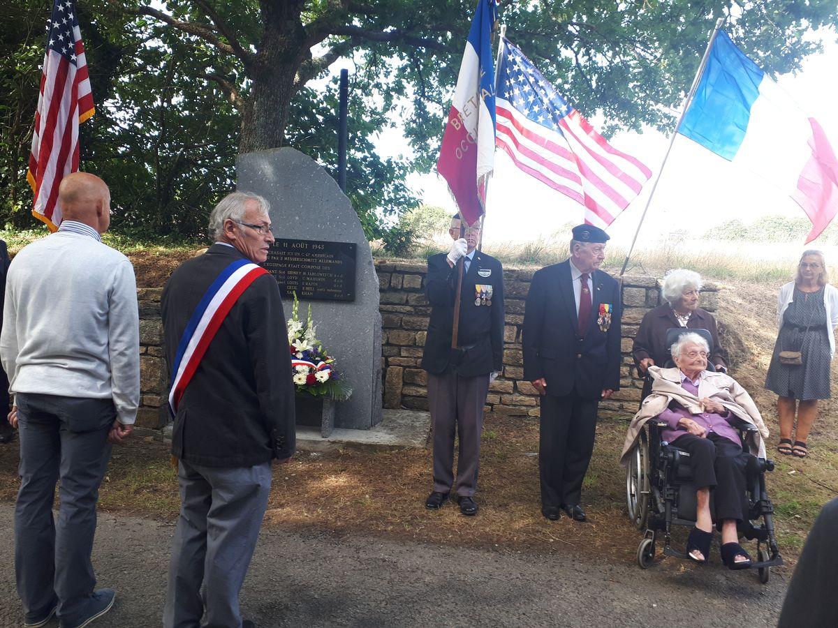[ Histoires et histoire ] Un monument en l'honneur d'un B17 6_cett10