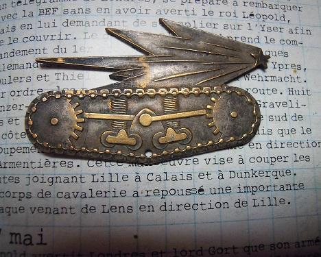 Les dernières trouvailles de l'années ! du cuir une lame et un insigne.  Dscn7943