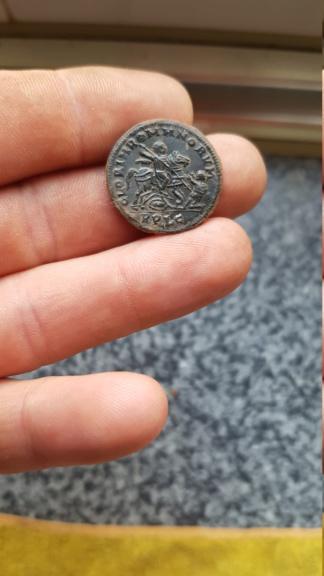 AE2 de Magnencio. GLORIA ROMANORVM. Emperador a galope a dcha. alanceando a enemigo. Lugdunum. 20181013