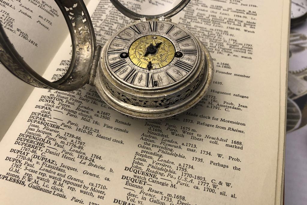 Un oignon alarme de 1700 signé Duquesne à Paris Dans_l10