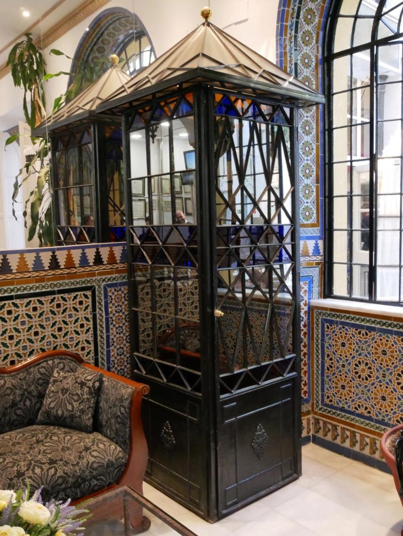Dans le Hall d une Hotel à Séville P1030923