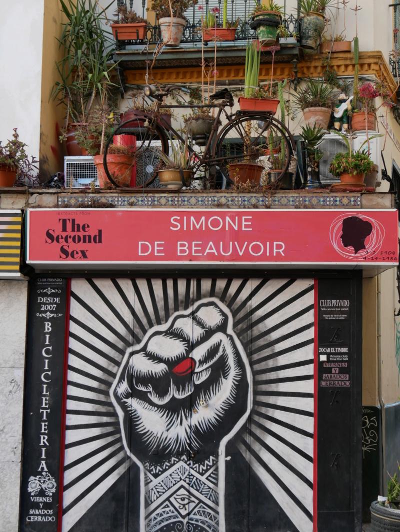 Simone de Beauvoir tient une boutique P1040012