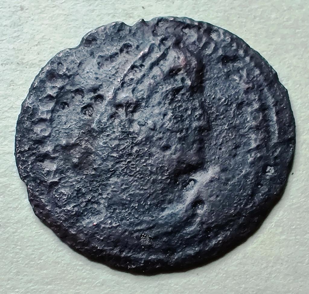 AE3 de Constantino I. GLORIA EXERCITVS Img_2018