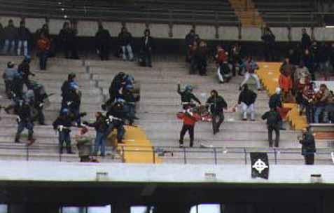 Les ultras et la police Scontr10