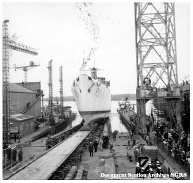 Construction, baptême et lancement du F910 Baptem11