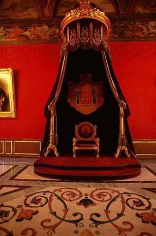 Exposition « Trônes en majesté, l'autorité et son symbole » - Page 3 P0005312