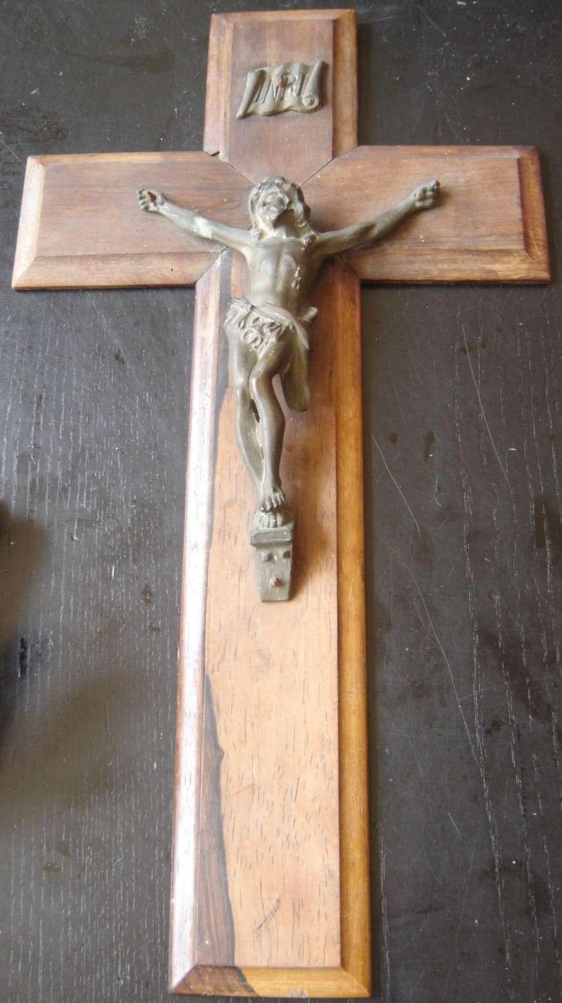 Crucifix bronze sur croix en bois Crucif10