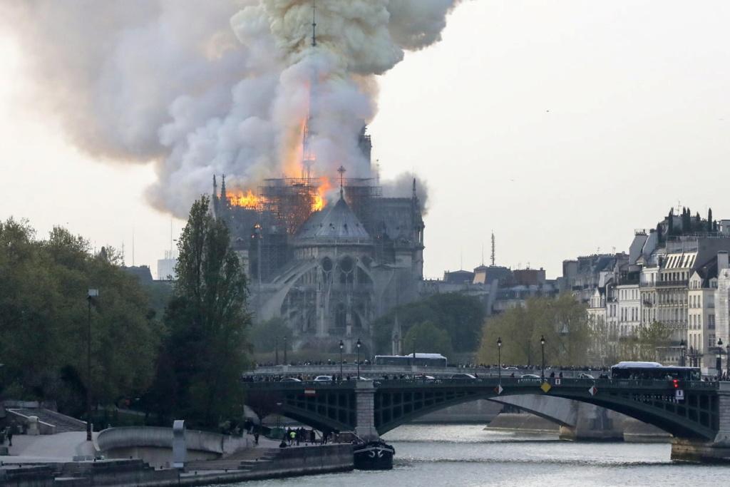 La flèche de la cathedrale de Paris vient de s'effondrer. Cathed10