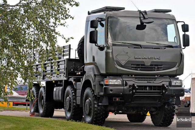 Livraison des camions Mack pour l'armée canadienne 10349410