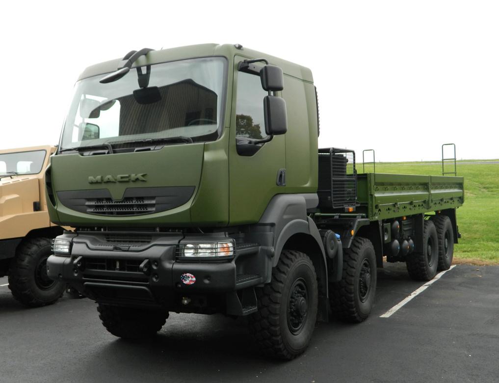 Livraison des camions Mack pour l'armée canadienne 2-mack10