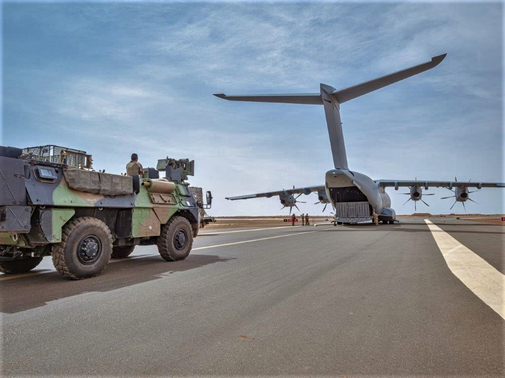Livraison d'un VAB par un A400M ATLAS pour Tessalit A400m-14