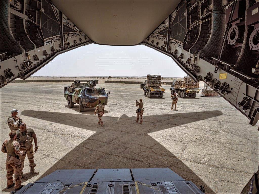 Livraison d'un VAB par un A400M ATLAS pour Tessalit A400m-15