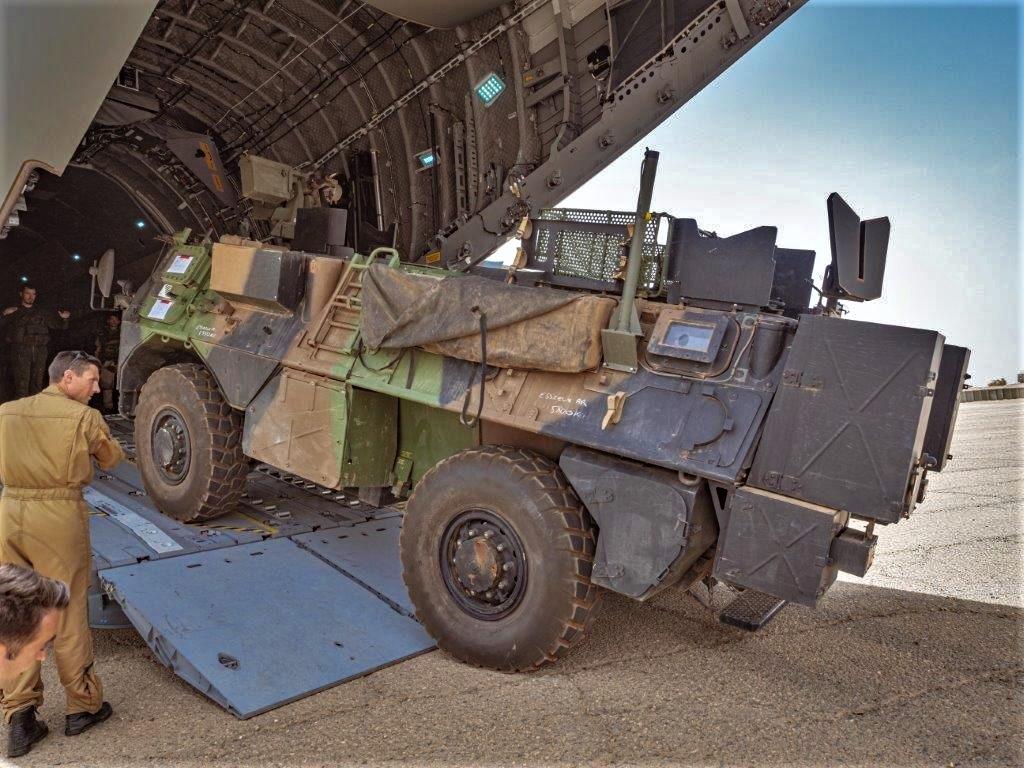 Livraison d'un VAB par un A400M ATLAS pour Tessalit A400m-16