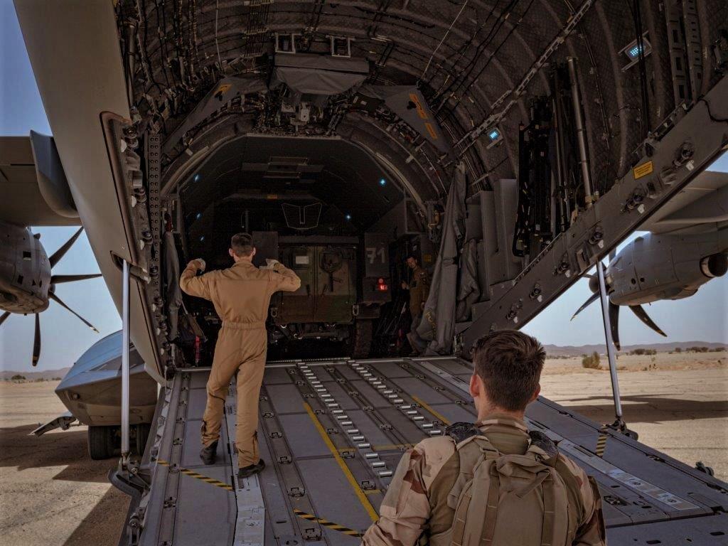 Livraison d'un VAB par un A400M ATLAS pour Tessalit A400m-17
