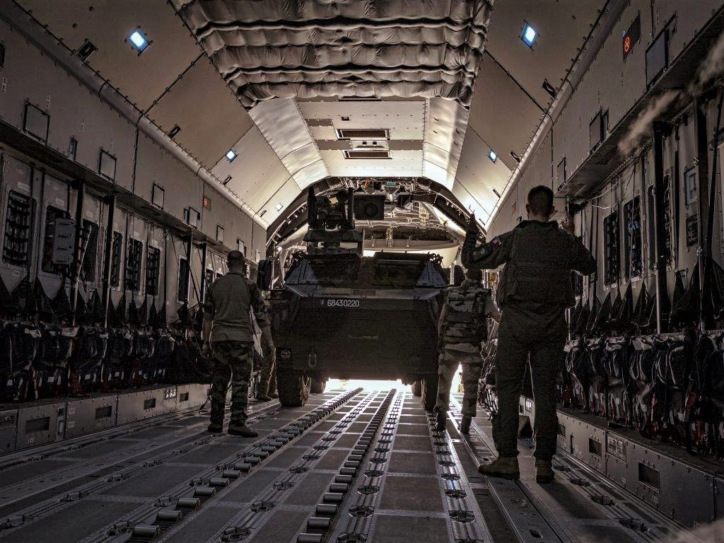 Livraison d'un VAB par un A400M ATLAS pour Tessalit A400m-18