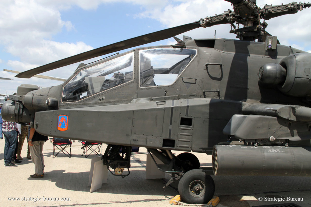 Premier vol de l'Apache et du Chinook indiens Ah-64-10