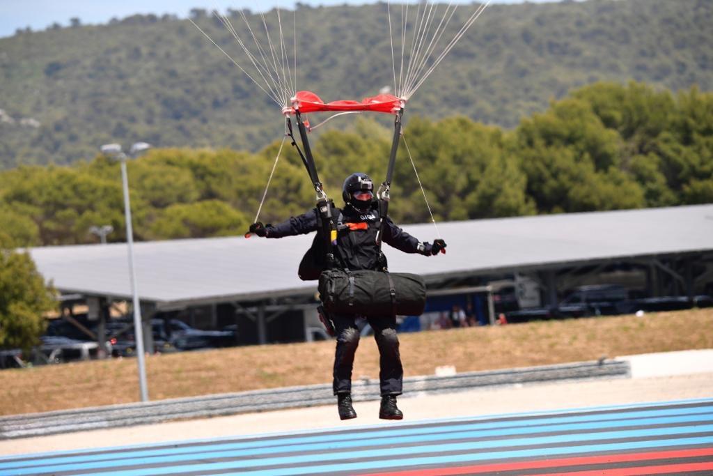 Le GIGN livre le trophée du grand prix de France de F1 D9wimx12