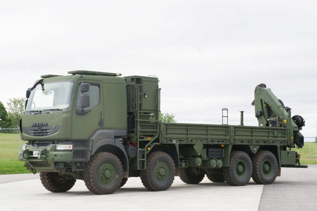 Livraison des camions Mack pour l'armée canadienne Dnn2g_10
