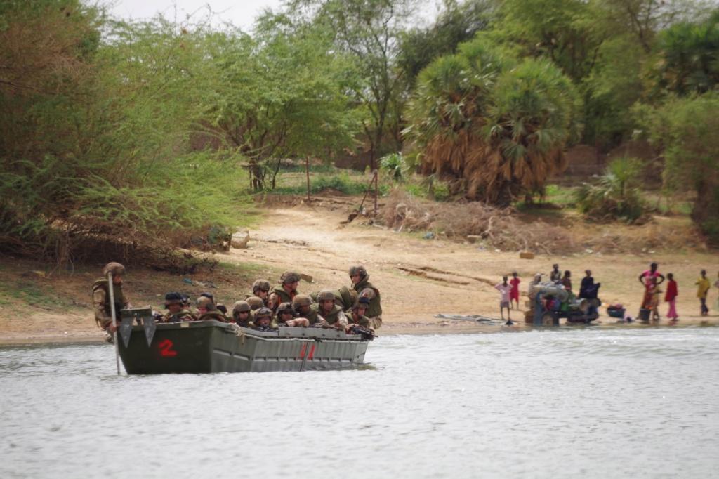 Le GTDI en patrouille... fluviale sur le Niger Germer13