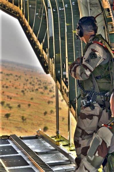 Une livraison par air essentielle pour l'opération Aconit Lpa-410