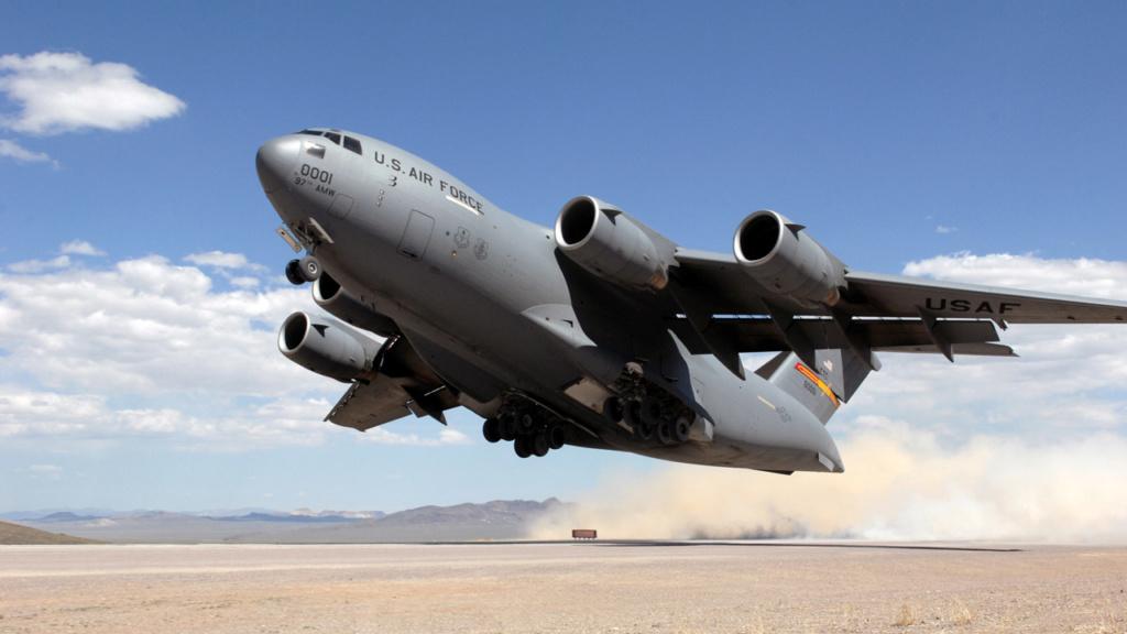 Premier convoyage d'un Caïman par C17 de l'USAF Usaf-c10