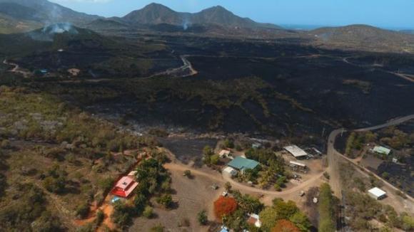 Le journal des Outre-mers. La Nouvelle-Calédonie meurtrie par un nouvel incendie 16819310