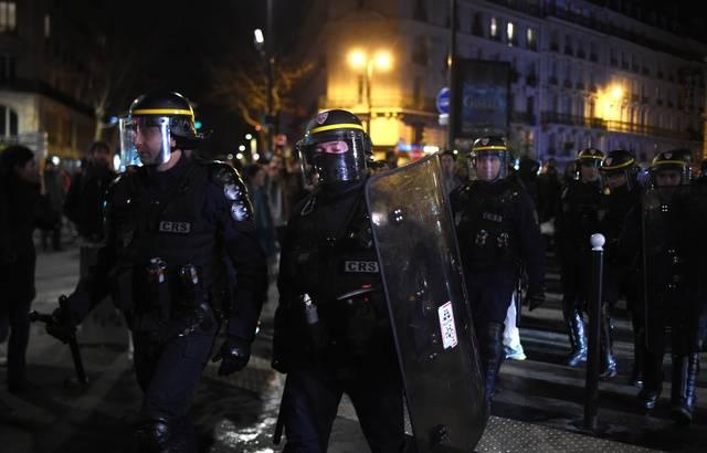 Emmanuel et Brigitte Macron escortés d'un théâtre parisien par des CRS face aux manifestants 640x1051