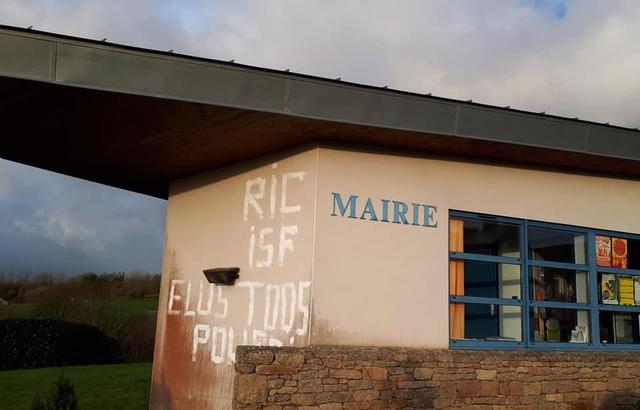 Bretagne: La mairie et le domicile d'un maire sympathisant LREM tagués 640x4222
