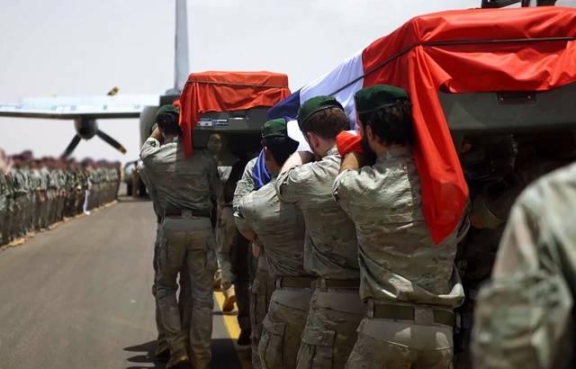 Hommage aux soldats tués au Burkina EN DIRECT: Les deux cercueils traversent la Seine avant de rejoindre les Invalides 640x4514