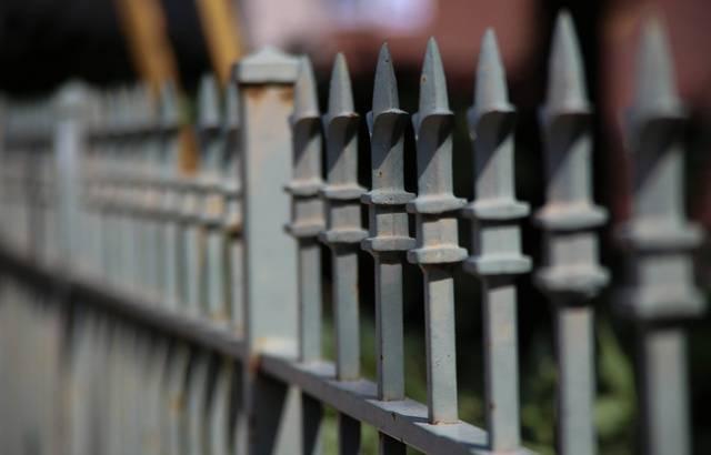 Cannes: Une actrice qui avait oublié ses clefs s'empale sur un portail en voulant l'escalader 640x4529