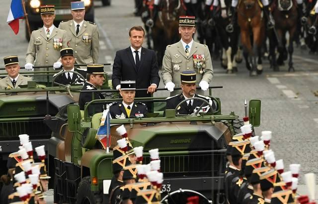 Défilé du 14 juillet: Macron, sifflé, passe en revue les troupes sur les Champs-Elysées 640x4656