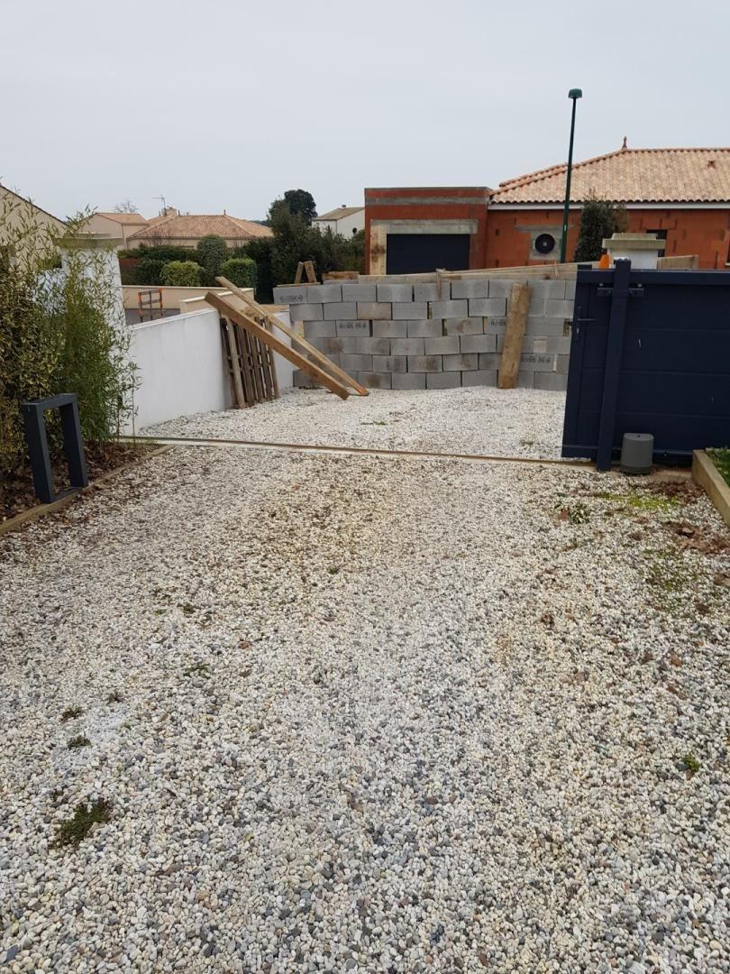 Une députée de Vendée découvre un mur de parpaings devant sa maison 860_wh10