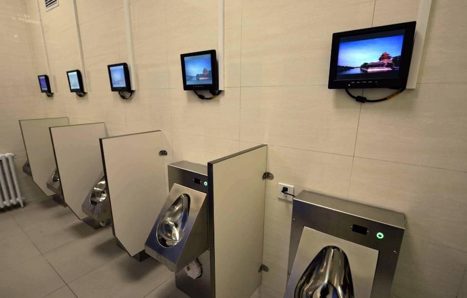 « Pour le droit d'uriner en paix », des députés veulent interdire la publicité dans les toilettes 960x1089