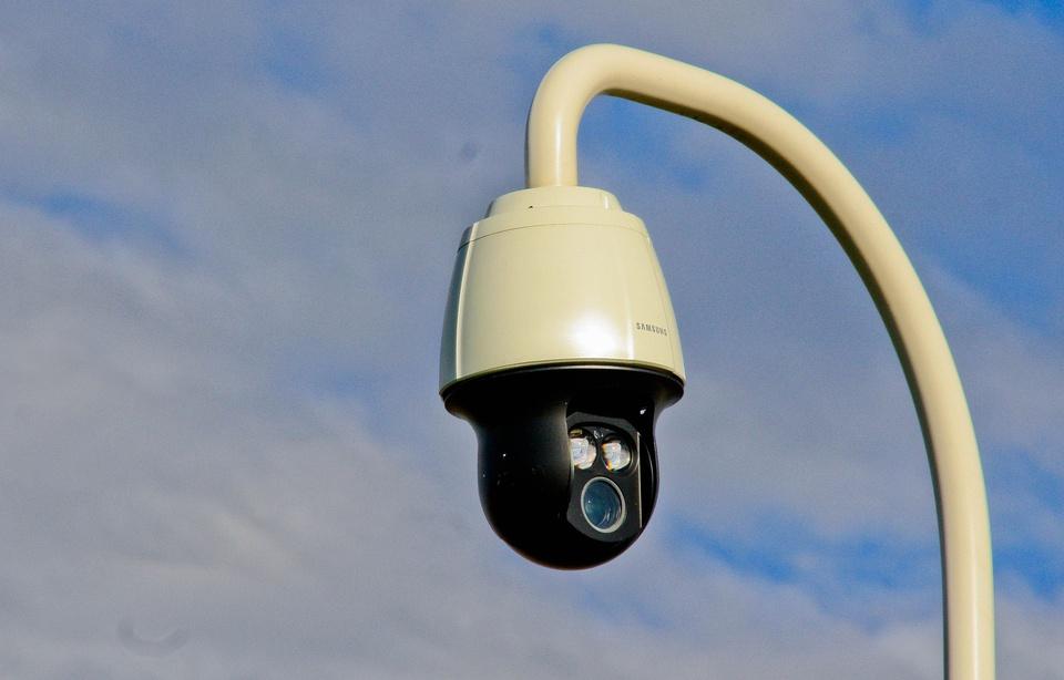 Nantes: Juché sur un escabeau, il tronçonnait un poteau de caméra de vidéosurveillance 960x6157