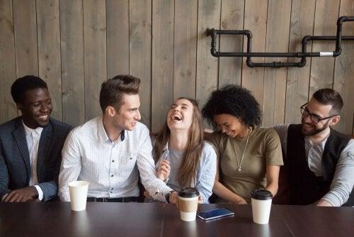 Quels sont les bénéfices de l'humour pour notre esprit ? Amis-q10